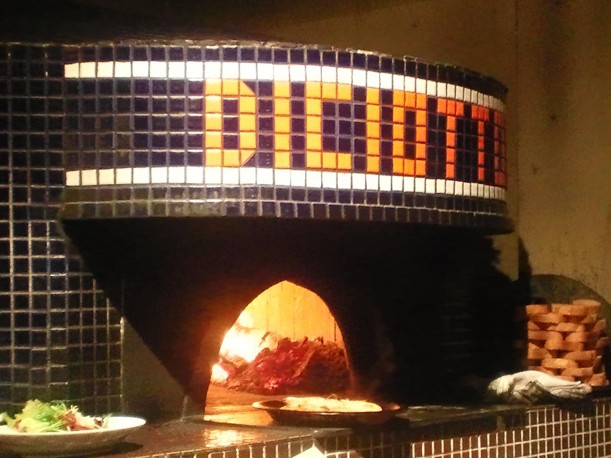 本場イタリア製の薪窯で調理